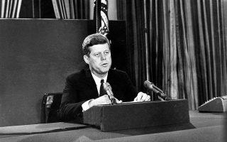 Ο πρόεδρος των Ηνωμένων Πολιτειών, Τζον Φιτζέραλντ Κένεντι, απευθύνει τηλεοπτικό διάγγελμα προς τον αμερικανικό λαό, τονίζοντας τους λόγους για τους οποίους αποφάσισε να προχωρήσει στον ναυτικό αποκλεισμό της Κούβας, λίγες ημέρες μετά το ξέσπασμα της κρίσης των πυραύλων της νησιωτικής χώρας, στην Ουάσιγκτον, το 1962. Ο Αμερικανός πρόεδρος μίλησε για τον κίνδυνο μίας τρίτης παγκόσμιας πολεμικής σύρραξης, στο επίκεντρο της οποίας θα βρίσκονταν τα πυρηνικά οπλοστάσια των ΗΠΑ και της ΕΣΣΔ, στην ίσως μεγαλύτερη κρίση της ψυχροπολεμικής εποχής, όταν ο κόσμος βρέθηκε μια ανάσα μακριά από έναν πιθανό πυρηνικό όλεθρο. (AP Photo)