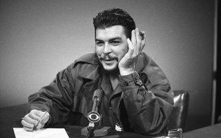 O Ερνέστο Τσε Γκεβάρα, υπουργός Βιομηχανίας της Κούβας, κατά την εμφάνιση του στην αμερικανική τηλεόραση, στην εκπομπή «Face of a Nation» του καναλιού CBS, στη Νέα Υόρκη, το 1964. Κατά τη διάρκεια της εκπομπής, o «θρύλος» της κουβανικής επανάστασης έκανε λόγο για βελτίωση των σχέσεων της Κούβας με τις Ηνωμένες Πολιτείες, οι οποίες κατά την περίοδο της προεδρίας του Λύντον Τζόνσον άρχισαν να «ξεπαγώνουν», μετά τη βαθιά επιδείνωση που παρουσίασαν τα πρώτα χρόνια του νέου σοσιαλιστικού καθεστώτος. (AP Photo)