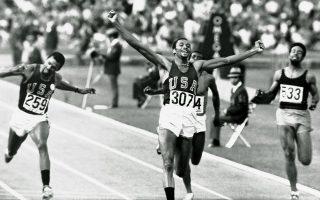 Σε μια ημέρα ορόσημο για τους κοινωνικούς αγώνες των Αφροαμερικανών υπέρ των πολιτικών τους δικαιωμάτων και κατά των φυλετικών διακρίσεων στις ΗΠΑ, ο Αμερικανός αθλητής του στίβου, Τόμι Σμιθ, πανηγυρίζει την πρωτιά του στα 200 μ., καταρρίπτοντας και το παγκόσμιο ρεκόρ με χρόνο 19.83, στους Ολυμπιακούς Αγώνες του Μεξικού, το 1968. Λίγη ώρα αργότερα, κατά τη διάρκεια της απονομής των μεταλλίων, ο Σμιθ και ο συμπατριώτης του, Τζον Κάρλος, ύψωσαν το δεξί και αριστερό χέρι αντίστοιχα, φορώντας ένα μαύρο γάντι και έχοντας σφιγμένη τη γροθιά τους, σε μία κίνηση διαμαρτυρίας κατά του ρατσισμού εναντίον των Αφροαμερικανών στις Ηνωμένες Πολιτείες. (AP Photo)