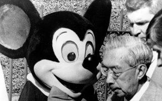 Υπό το ενθουσιασμένο βλέμμα του Μίκυ Μάους, ο «ημίθεος» ηγέτης της Ιαπωνίας κατά τον Β' Παγκόσμιο Πόλεμο, αυτοκράτορας Χιροχίτο, διαβαίνει το κατώφλι της Ντίσνεϋλαντ στο Άναχαϊμ της Καλιφόρνιας, στο πλαίσιο της επίσκεψης του στις Ηνωμένες Πολιτείες, τριάντα χρόνια μετά τη ρίψη των δύο ατομικών βομβών στη Χιροσίμα και το Ναγκασάκι και την άνευ όρων παράδοση της Ιαπωνίας, το 1975.  (AP Photo)