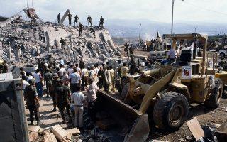 Το στρατηγείο των Αμερικανών πεζοναυτών στη Βηρυτό έχει μετατραπεί σε έναν τεράστιο σωρό από πέτρες, σίδερα και διαμελισμένα πτώματα, μετά από μία φονική βομβιστική επίθεση, κοντά στο αεροδρόμιο της πρωτεύουσας του Λιβάνου, το 1983. Η βομβιστική επίθεση πραγματοποιήθηκε από έναν οδηγό - καμικάζι, ο οποίος με το που έφτασε στην περίφραξη της στρατιωτικής βάσης, πυροδότησε το φορτίο των δυόμιση τόνων εκρηκτικών που μετέφερε το φορτηγό που οδηγούσε, προκαλώντας τον θάνατο 241 Αμερικανών στρατιωτών, στην πλειοψηφία τους πεζοναυτών. Την ίδια ημέρα, άλλη μία επίθεση αυτοκτονίας πραγματοποιήθηκε εναντίον της βάσης των Γάλλων αλεξιπτωτιστών, από την οποία έχασαν τη ζωή τους 58 Γάλλοι στρατιώτες. Παρότι την ευθύνη για τη διπλή αυτή επίθεση, η οποία έλαβε χώρα στο πλαίσιο της πολύχρονης εμφύλιας σύγκρουσης του Λιβάνου και της πολυεθνικής ειρηνευτικής επέμβασης στη χώρα, ανέλαβε μία άγνωστη οργάνωση με την ονομασία «Ισλαμική Τζιχάντ», μετά από χρόνια έρευνας, οι ΗΠΑ πιστεύουν ότι πίσω από το χτύπημα βρίσκονταν σιιτικά μ