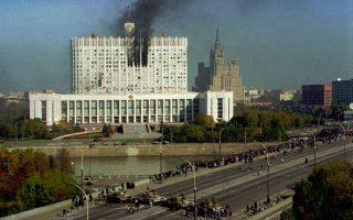 Μαύρος πυκνός καπνός αναδύεται από το ρωσικό κοινοβούλιο (κτίριο του Ανωτάτου Σοβιέτ), στη Μόσχα, μετά την επίθεση εναντίον του από άρματα μάχης και δυνάμεις αλεξιπτωτιστών του ρωσικού στρατού, πιστών στον Ρώσο πρόεδρο Μπόρις Γιέλτσιν, κατά την κορύφωση της συνταγματικής και πολιτικής κρίσης του 1993, που εξελίχθηκε σε κανονική στρατιωτική σύγκρουση. Μετά από περίπου δύο εβδομάδες πολιτικής κρίσης και σφοδρών οδομαχιών σε διάφορες πόλεις της Ρωσίας, με αφορμή την απόφαση του Ρώσου προέδρου να καταργήσει το ρωσικό κοινοβούλιο (Συνέδριο των Λαϊκών Βουλευτών και Ανώτατο Σοβιέτ), δυνάμεις του ρωσικού στρατού κατέστειλαν τη στάση των βουλευτών και των ένοπλων υποστηρικτών τους, που είχαν οχυρωθεί στον Ρωσικό Λευκό Οίκο, ζητώντας την ακύρωση των πολιτικών πρωτοβουλιών του Γιέλτσιν. Ο τραγικός απολογισμός της σύγκρουσης ήταν 187 νεκροί και 437 τραυματίες, με ορισμένες πηγές να κάνουν εντούτοις λόγο για ακόμη και 2.000 νεκρούς. (AP Photo/Sergei Karpukhin)