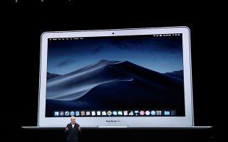 Η νέα εκδοχή του τάμπλετ iPad Pro, το οποίο είναι το ακριβότερο της Apple και ανταγωνίζεται ευθέως το Surface της Microsoft, έχει αναβαθμισμένη φωτογραφική μηχανή, μεγαλύτερη οθόνη και λεπτότερο πλαίσιο. Στο κάτω μέρος διακρίνεται ο διευθύνων σύμβουλος της Apple Τιμ Κουκ, κατά την παρουσίαση των νέων προϊόντων.