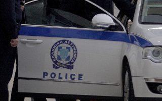 Ο Μιχάλης Λιάπης οδηγείται από αστυνομικούς σε περιπολικό, την Τρίτη 17 Δεκεμβρίου 2013, στην τροχαία Αγίας Παρασκευής. Για σοβαρές τροχονομικές παραβάσεις συνελήφθη το πρωί, στη Λούτσα, ο πρώην υπουργός, Μιχάλης Λιάπης. Όπως έγινε γνωστό από την αστυνομία, ο συλληφθείς οδηγούσε τζιπ μεγάλου κυβισμού, χωρίς ασφαλιστήριο συμβόλαιο και δίπλωμα, ενώ οι πινακίδες του αυτοκινήτου είχαν παραδοθεί και στη θέση τους είχαν τοποθετηθεί πλαστές. Ο Μ. Λιάπης συνελήφθη από αστυνομικούς της ομάδας ΔΙΑΣ, που τον σταμάτησαν για έλεγχο, και οδηγήθηκε στο ΑΤ Αρτέμιδας, απ΄όπου μεταφέρθηκε στην τροχαία Αγίας Παρασκευής, που θα σχηματίσει δικογραφία σε βάρος του, προκειμένου ο πρώην υπουργός να οδηγηθεί στον εισαγγελέα. ΑΠΕ-ΜΠΕ/ΑΠΕ-ΜΠΕ/ΑΛΕΞΑΝΔΡΟΣ ΒΛΑΧΟΣ