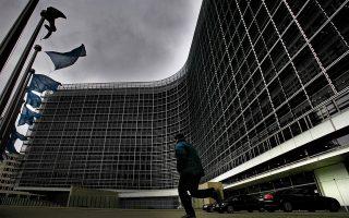 Μαύρα σύννεφα πάνω από την έδρα της Κομισιόν στις Βρυξέλλες, η γραφειοκρατία της οποίας ρίχνει νερό στον μύλο των ακραίων.