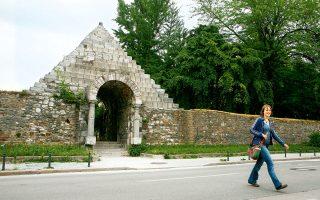 Η πύλη-πυραμίδα που έφτιαξε ο αρχιτέκτων Joze Plecnik ξανασχεδιάζοντας τα ρωμαϊκά τείχη, στην περιοχή Mirje. (Φωτογραφία: VISUALHELLAS.GR)