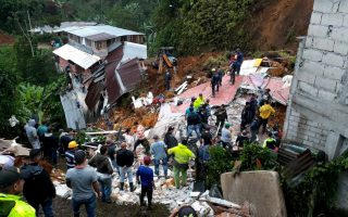 epa07086169 A handout photo made available by the Marquetalia firefighters department shows rescue works after a landslide caused by the heavy rains in at the Marquetalia municipality, in the department of Caldas, Colombia, on 11 October 2018. The number of dead rised to 11, according the authorities.  EPA/Bomberos de Marquetalia / HANDOUT BEST QUALITY AVAILABLE HANDOUT EDITORIAL USE ONLY/NO SALES