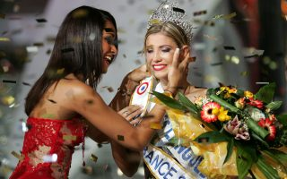 ** THIS IS TO CORRECT DATE **  Alexandra Rosenfeld, right, crowned Miss France 2006,  poses with her predecessor Cindy Fabre, in Cannes, southern France, Saturday Dec. 3, 2005. (AP Photo/Lionel Cironneau)