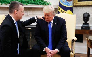Ο πάστορας Αντριου Μπράνσον προσεύχεται στο Οβάλ Γραφείο του Λευκού Οίκου με τον πρόεδρο των ΗΠΑ, Ντόναλντ Τραμπ