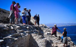 Ο αρχαιολόγος του Κέμπριτζ, Μάικλ Μπόιντ, με τη μοβ μπλούζα, μας ξεναγεί στην ανασκαφή. Η φωτογραφία είναι τραβηγμένη πάνω στο μικρό νησάκι Δασκαλιό, που κάποτε ήταν συνδεδεμένο με μια λωρίδα γης με την Κέρο.