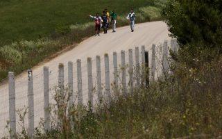 Μετανάστες, που αυτοπροσδιορίζονται ως Παλαιστίνιοι, περπατούν σε δρόμο κοντά στην Ορεστιάδα, αφού πέρασαν παράνομα τον ποταμό Εβρο και τα Ελληνοτουρκικά σύνορα, Παρασκευή 11 Μαίου 2018. Σε αντίθεση με τον Απρίλιο όπου οι ροές ήταν ιδιαίτερα αυξημένες (3627 μετανάστες) τον Μάιο παρατηρείται μία μείωση των αφίξεων (808). ΑΠΕ-ΜΠΕ/ΑΠΕ-ΜΠΕ/ΟΡΕΣΤΗΣ ΠΑΝΑΓΙΩΤΟΥ