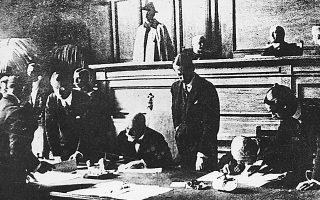 Ο Ελ. Βενιζέλος υπογράφει τη Συνθήκη της Λωζάννης.