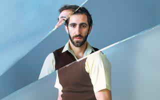 Ο Χάρης Φραγκούλης ετοιμάζεται να αναμετρηθεί με τον «Γυάλινο κόσμο» που ανεβάζουν η Μπέτυ Αρβανίτη και ο Βασίλης Πουλαντζάς στο Θέατρο της Οδού Κεφαλληνίας.