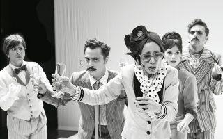 Η παράσταση που ανεβαίνει στη Σκηνή Ν. Κούρκουλος του Εθνικού διατηρεί τη γλώσσα και το κείμενο του Ψαθά.