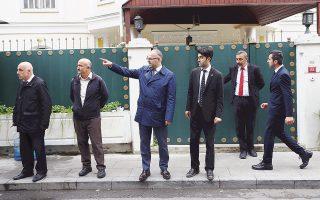 Ανδρες των υπηρεσιών ασφαλείας περιμένουν Τούρκους και Σαουδάραβες ερευνητές έξω από το προξενείο της Σαουδικής Αραβίας στην Κωνσταντινούπολη.