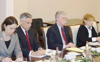 Ο σύμβουλος Εθνικής Ασφαλείας του Λευκού Οίκου Τζον Μπόλτον (δεύτερος από δεξιά), κατά τις χθεσινές διαβουλεύσεις με τον Ρώσο ομόλογό του Νικολάι Πατρούσεφ στο Κρεμλίνο.
