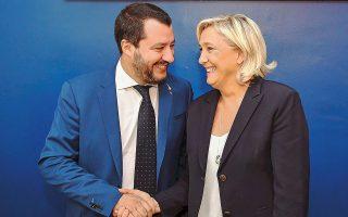 Η Μαρίν Λεπέν και ο Ματέο Σαλβίνι κατά τη χθεσινή συνάντησή τους, στο περιθώριο διεθνούς φόρουμ, στη Ρώμη.
