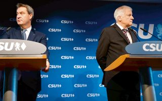 Bαριά ήττα υπέστησαν οι Χριστιανοκοινωνιστές στη Βαυαρία και το ηγετικό δίδυμο του κόμματος, ο πρωθυπουργός του κρατιδίου Μάρκους Ζέντερ και ο υπουργός Εσωτερικών της Γερμανίας Χορστ Ζεεχόφερ (δεξιά), επιχείρησαν να ρίξουν ο ένας τις ευθύνες στον άλλον. Από την πλευρά της, η Αγκελα Μέρκελ είπε: «Το μάθημά μου από αυτό είναι πως, ως καγκελάριος, πρέπει να διασφαλίσω ότι η εμπιστοσύνη θα ξανακερδηθεί».
