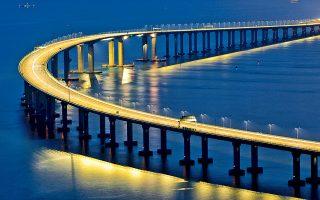 Η μεγαλύτερη υπερθαλάσσια γέφυρα του κόσμου, η οποία έχει μήκος 55 χιλιομέτρων και συνδέει το Χονγκ Κονγκ και το Μακάο με την πόλη Ζουνχάι, πρόκειται να ανοίξει για το κοινό αύριο. Η ανοικοδόμησή της κόστισε 20 δισ. δολάρια και οι εργασίες κατασκευής διήρκεσαν εννέα χρόνια. Πολλοί επικριτές του έργου επισημαίνουν πως η γέφυρα είναι ένα εργαλείο ώστε το Πεκίνο να εδραιώσει την ισχύ του στο Χονγκ Κονγκ.