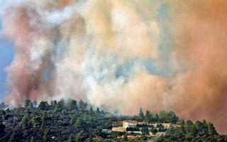 Μεγάλη έκταση πευκοδάσους έκαψε η φωτιά που μέχρι αργά χθες βρισκόταν σε πλήρη εξέλιξη στη Σιθωνία της Χαλκιδικής.