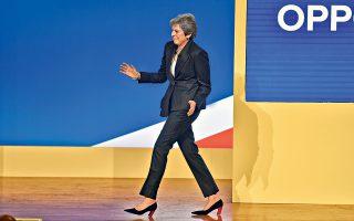 Με χορευτικές φιγούρες κατευθύνεται προς το βήμα του συνεδρίου των Συντηρητικών η Τερέζα Μέι, η οποία προσπαθεί να αντιπαρέλθει τις προσπάθειες υπονόμευσής της από τους πιο αδιάλλακτους οπαδούς του Brexit με επικεφαλής τον Μπόρις Τζόνσον. Η Βρετανίδα πρωθυπουργός τόνισε ότι θα σεβαστεί το αποτέλεσμα του δημοψηφίσματος, αλλά προειδοποίησε για τις επιπτώσεις μιας εξόδου χωρίς συμφωνία.