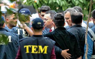 Βήμα αποκλιμάκωσης της έντασης στις σχέσεις Αγκυρας - Ουάσιγκτον αποτελεί η απόφαση τουρκικού δικαστηρίου να απελευθερώσει τον Αμερικανό πάστορα Αντριου Μπράνσον, ο οποίος αντιμετώπιζε κατηγορίες για τρομοκρατία και κατασκοπεία. Στη φωτογραφία, ο πάστορας περιβάλλεται από αστυνομικούς, καθώς επιστρέφει στην οικία του, ύστερα από την ετυμηγορία του δικαστηρίου.