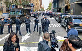 Αστυνομικοί στη Νέα Υόρκη περιπολούν έξω από το κτίριο της Time Warner, όπου στεγάζεται το CNN. Μαζί με τον πρώην πρόεδρο Μπαράκ Ομπάμα και το ζεύγος Κλίντον, ο όμιλος ΜΜΕ ήταν ανάμεσα στους στόχους εκστρατείας αποστολής παγιδευμένων δεμάτων. Με την πόλωση να οξύνεται, τα τρομο-δέματα ανεβάζουν το πολιτικό θερμόμετρο ενόψει των ενδιάμεσων εκλογών.