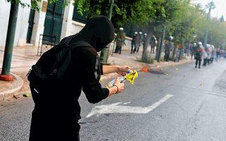 Επεισόδια στους δρόμους γύρω από το Πολυτεχνείο ακολούθησαν τη χθεσινή μαθητική διαδήλωση στο κέντρο της Αθήνας, όταν περίπου ομάδα 50 νεαρών, η οποία αποσπάσθηκε από τους διαδηλωτές, «ταμπουρώθηκε» εντός του κτιρίου του ΕΜΠ και πραγματοποίησε σποραδικές επιθέσεις στα ΜΑΤ.
