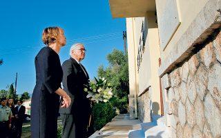 Το θέμα των ελληνικών απαιτήσεων για το κατοχικό δάνειο και τις αποζημιώσεις έθεσε ο Προκόπης Παυλόπουλος στον Φρανκ-Βάλτερ Σταϊνμάγερ, ο οποίος σε μια κίνηση με έντονο συμβολισμό επισκέφθηκε το «Μπλοκ 15» του Χαϊδαρίου (φωτ.). «Δεν θέλουμε να ξεχάσουμε το παρελθόν, ούτε να παραβλέψουμε την ηθική και πολιτική ενοχή που μας βαραίνει», τόνισε.