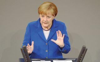 Η απόφαση της Γερμανίδας καγκελαρίου να μη διεκδικήσει την επανεκλογή της στην προεδρία του Χριστιανοδημοκρατικού Κόμματος άσκησε πιέσεις στο ευρώ, που υποχώρησε κατά 0,4% έναντι του δολαρίου.