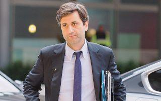Ο αναπληρωτής υπουργός Οικονομικών Γιώργος Χουλιαράκης υποστήριξε ότι προβλέπεται ένα σενάριο βάσης, με τα κύρια δημοσιονομικά μεγέθη, χωρίς παρεμβάσεις και ένας δεύτερος πυλώνας με τις δημοσιονομικές παρεμβάσεις που σκοπεύει να ενσωματώσει η κυβέρνηση στον προϋπολογισμό.