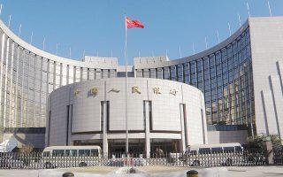 O διοικητής της κεντρικής τράπεζας έσπευσε να καθησυχάσει την αγορά σχετικά με τις επανειλημμένες πτώσεις των κινεζικών χρηματιστηρίων. Υποσχέθηκε να λάβει μέτρα για να καλυφθούν οι ανάγκες χρηματοδότησης των κινεζικών εταιρειών και ενθάρρυνε τις τράπεζες να ενισχύσουν τον δανεισμό προς τον ιδιωτικό τομέα.