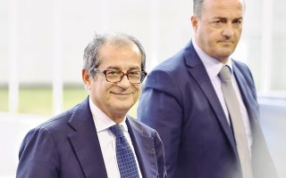 Ο Ιταλός υπουργός Οικονομικών Τζοβάνι Τρία υποσχέθηκε ότι η κυβέρνηση θα αρχίσει να μειώνει σταδιακά το δημοσιονομικό έλλειμμα από το 2020. «Το έλλειμμα θα αυξηθεί το 2019, αλλά τα επόμενα χρόνια θα αρχίσει η σταδιακή μείωσή του», τόνισε ο κ. Τρία, κατά τη διάρκεια ομιλίας του σε εκδήλωση στη Ρώμη.