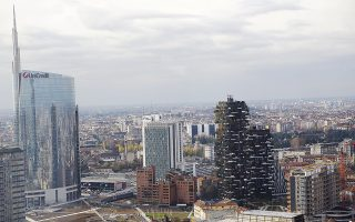 Τα ομόλογα του ιταλικού Δημοσίου αντιπροσωπεύουν περισσότερο από το 10% του ενεργητικού των ιταλικών τραπεζών, όταν στη Γερμανία, για παράδειγμα, το αντίστοιχο ποσοστό δεν υπερβαίνει το 2%. Και βέβαια, η Ιταλία έχει δημόσιο χρέος που υπερβαίνει το 130% του ΑΕΠ, ενώ φέτος αναμένεται να φτάσει στο 135% του ΑΕΠ.