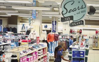 Πολλά από τα προβλήματα της Sears Holdings ήταν χρόνια. Το 1999, η μετοχή της εταιρείας εξήλθε από τον δείκτη Dow Jοnes έπειτα από 75 χρόνια. Από το 2010, η Sears συσσώρευσε ζημίες 11,7 δισ. δολαρίων. Κέρδη ανακοίνωσε τελευταία φορά προ οκταετίας και έκτοτε οι πωλήσεις έχουν υποχωρήσει κατά 60%.