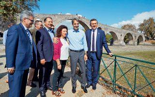 Ο πρόεδρος της Ν.Δ. κατά την περιοδεία του στην Ηπειρο επισκέφθηκε το γεφύρι της Αρτας.