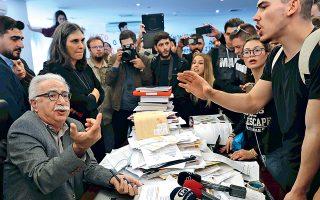 Αριστερά ο υπουργός, δεξιά το ρωμαλέο κίνημα και ενδιαμέσως το τσαντίρι του Καραγκιόζη...