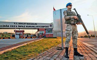 Τούρκος στρατιώτης πραγματοποιεί περιπολία μπροστά στο δικαστήριο των φυλακών στη Σμύρνη.