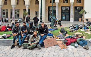 Πρόσφυγες και μετανάστες έχουν κατασκηνώσει στην πλατεία Αριστοτέλους στη Θεσσαλονίκη, με αίτημα την έκδοση των απαραίτητων εγγράφων από τις αρμόδιες αρχές.