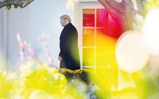 Ο Ντόναλντ Τραμπ αναχωρεί από τον Λευκό Οίκο για να παραστεί σε προεκλογική συγκέντρωση των Ρεπουμπλικανών στο Ουισκόνσιν. Με αφορμή τις αυτοσχέδιες βόμβες εναντίον Δημοκρατικών, ο Αμερικανός πρόεδρος έκανε έκκληση για ενότητα και πολιτισμένη αντιπαράθεση, αλλά δεν έπεισε τους πολιτικούς αντιπάλους του.