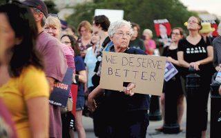 Η Σάρλοτ Πίτερσον από τη Βιρτζίνια λέει ότι οι Αμερικανοί «αξίζουμε καλύτερα», διαδηλώνοντας την αντίθεσή της στην υποψηφιότητα Κάβανο για το Ανώτατο Δικαστήριο.