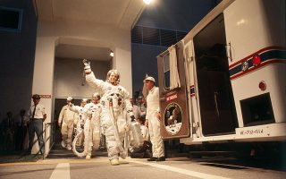 Ο Νιλ Άρμστρονγκ, ακολουθούμενος από τους Όλντριν και Κόλινς, μπαίνουν στο «Apollo 11» για να αφήσουν πίσω τους τη Γη. ©Angelo Cozzi/Mondadori via Getty Images / Ideal Image