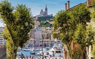 Η εντυπωσιακή Notre-Dame de la Garde «εποπτεύει» το παλιό λιμάνι. (Φωτογραφία: Getty Images/Ideal Image)