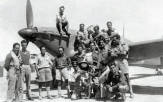 Δυτική έρημος, 1943. Χειριστές της ελληνικής 336 Μοίρας Διώξεως ποζάρουν μπροστά από μαχητικό αεροσκάφος Χάρικεϊν. Πρώτος από αριστερά, ο άτυχος Σωτήρης Σκάντζικας.