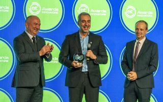 Ο κ. Ιωάννης Ταρνανάς, στο κέντρο της φωτογραφίας, κέρδισε το βραβείο του Ευρωπαϊκού Ινστιτούτου Καινοτομίας και Τεχνολογίας (ΕΙΤ).