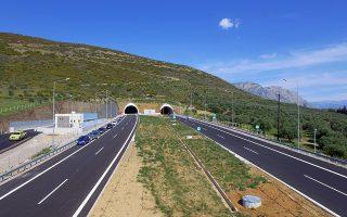 Τμήμα του νέου αυτοκινητόδρομου της Ιόνια Οδό που θα παραδοθεί σήμερα στην κυκλοφορία από τον υπουργό Υποδομών Χρήστο Σπίρτζη, Μεγάλη Τετάρτη 12 Απριλίου 2017. Το υπό παράδοση τμήμα ξεκινά από το 11ο χλμ. της Ιόνιας Οδού και την είσοδο στη σήραγγα της Κλόκοβας (νέα ονομασία Κενταύρου Νέσσου*)  και  φτάνει έως την παράκαμψη Αγρινίου όπου ενώνεται με το τμήμα «Παράκαμψη Αγρινίου (Α/Κ Κεφαλόβρυσο 48ο χλμ.) έως Α/Κ Αμφιλοχίας (107ο χλμ.) που είναι ήδη σε κυκλοφορία. (παράδοση Δεκέμβριος 2016). Πρόκειται για ένα τμήμα συνολικού μήκους  37 χλμ. που με τη σύνδεση του με τα 59 χλμ. που είναι ήδη σε κυκλοφορία, δημιουργούν ένα ενιαίο τμήμα στην Ιόνια Οδό, σύγχρονου, ασφαλούς αυτοκινητόδρομου συνολικού μήκος 96 χλμ.  ΑΠΕ-ΜΠΕ/ΙΟΝΙΑ ΟΔΟΣ/STR