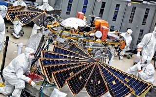Ειδικοί της NASA ελέγχουν το ρομποτικό εργαστήριο Insight που απογειώθηκε τον περασμένο Μάιο και αναμένεται να προσεδαφιστεί στον Κόκκινο Πλανήτη περί τα τέλη Νοεμβρίου με αποστολή τη διεξαγωγή γεωλογικών ερευνών.