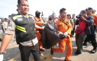epa07128605 Members of an Indonesian rescue team evacuate a body of a plane crash victim at Tanjung Priok Harbour, Indonesia, 29 October 2018. According to media reports on 29 October 2018, Lion Air flight JT-610 lost contact with air traffic controllers soon after takeoff then crashed into the sea. The flight was en route to Pangkal Pinang, and reportedly had 189 people onboard.  EPA/BAGUS INDAHONO