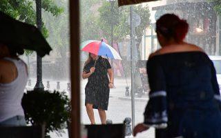 Πολίτης κρατώντας ομπρέλα προσπαθεί να διασχίσει δρόμο πλημυρισμένο μετά την σφοδρή η καταιγίδα που χτύπησε την Αργολίδα, την Κυριακή 29 Ιουλίου 2018. Η πολύ έντονη βροχόπτωση σε συνδυασμό με τον  αέρα και τους κεραυνούς έκαναν τρομακτικό το σκηνικό του καιρού. Στο Ναύπλιο κεντρικοί δρόμοι έγιναν ποτάμια και σε πολλά σημεία σκέπασαν τα πεζοδρόμια. Πολλοί οδηγοί που βρέθηκαν εν κινήσει σταμάτησαν τα οχήματα τους καθώς δεν έβλεπαν να οδηγήσουν, ενώ επίσης ένα δέντρο έπεσε στην Επαρχιακή Οδό Ναυπλίου Άργους και χρειάστηκε η πυροσβεστική για να το κόψει. Ξεροπόταμοι και ρέματα κατέβασαν μεγάλο όγκο νερού, όπως ο Ξεριάς στο Άργος και το ρέμα Ραμαντάνη στο Ναύπλιο. Επίσης στην οδό Άργους και στην οδό Ασκληπιού στο Ναύπλιο διεκόπη η κυκλοφορία των οχημάτων και η αστυνομία διοχέτευε  την κίνηση μέσω της Χαριλάου Τρικούπη. ΑΠΕ-ΜΠΕ/ΑΠΕ-ΜΠΕ/ΜΠΟΥΓΙΩΤΗΣ ΕΥΑΓΓΕΛΟΣ