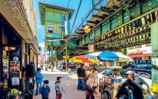 Πάγκοι με street food στη γειτονιά corona του queens. (Φωτογραφία: VISUALHELLAS.GR)